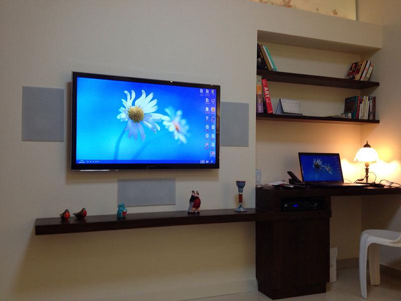 פינת טלוויזיה ומחשב בסלון