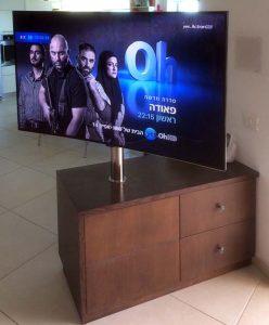עמוד נירוסטה למסך טלוויזיה מותאם לנגרות