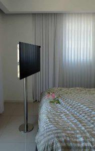 דירה בפרויקט מפואר בנתניה, מסך טלוויזיה על עמוד נירוסטה לחדר שינה