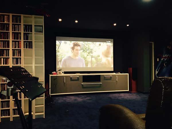 מערכת קולנוע במרתף עם מקרן של OPTOMA