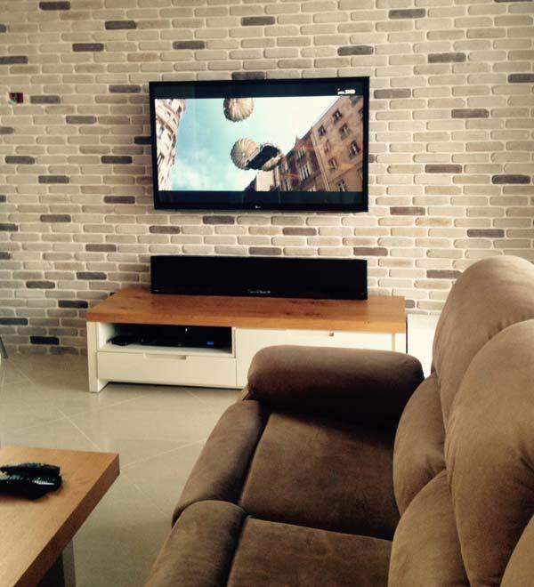 פינת טלוויזיה בבית פרטי, מקרן קול של YAMAHA