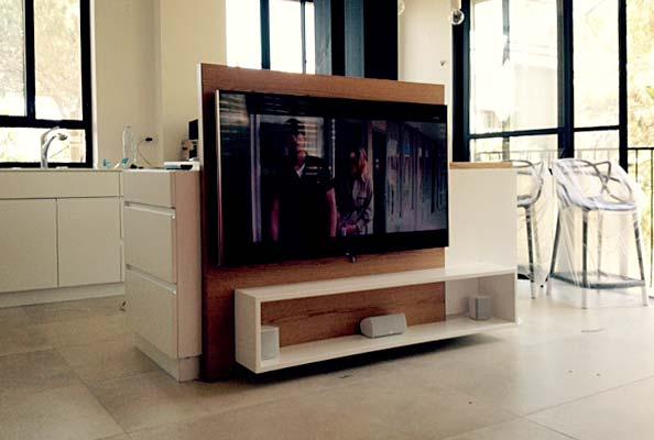 מערכת קולנוע ביתי בצד השני של אי במטבח
