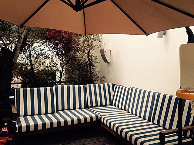 רמקולים חיצוניים מוגני מים במרפסת בדירת גג בתל אביב