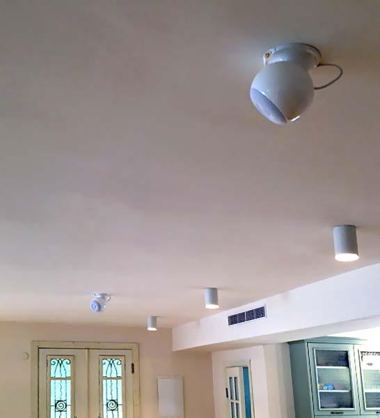 רמקולים בצורת כדור בתקרה