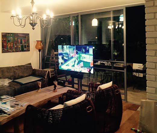 מערכת קולנוע ביתי בסלון ברעננה, רמקולים שקועים בתקרה