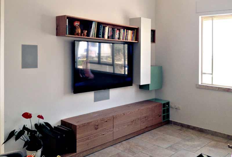 מערכת קולנוע ביתי בבית פרטי. רמקולים שקועים בתקרה וקירות, מגבר ZONE2 לגינה