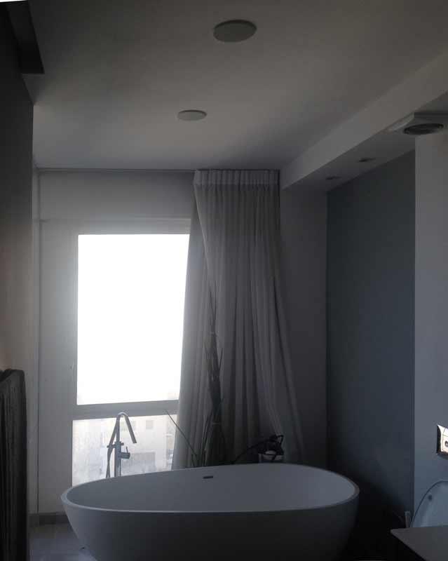 רמקולים שקועים בתקרה בחדר אמבטיה