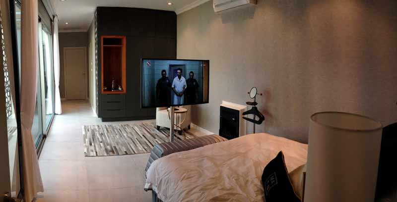 מסך טלוויזיה על עמוד נירוסטה לחדר שינה