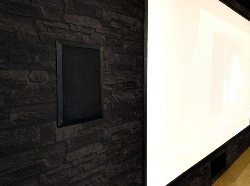 """חדר קולנוע ביתי, מסך ענק של 110"""" ורמקןלים שקועים בצבע שחור"""