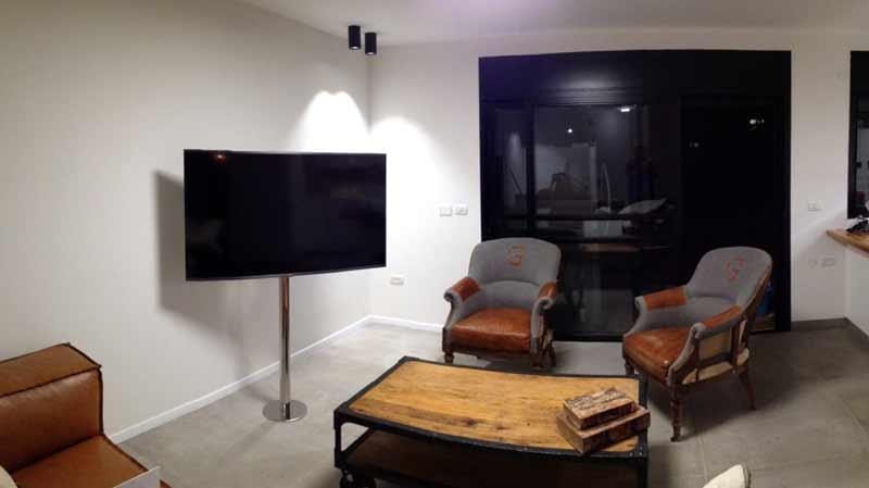 מסך טלוויזיה על עמוד נירוסטה