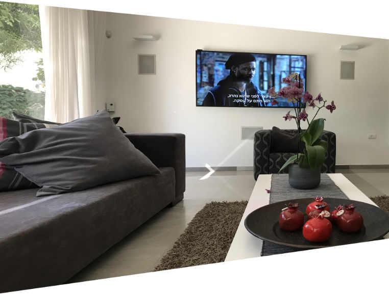 מערכת קולנוע ורמקולים שקועים בסלון