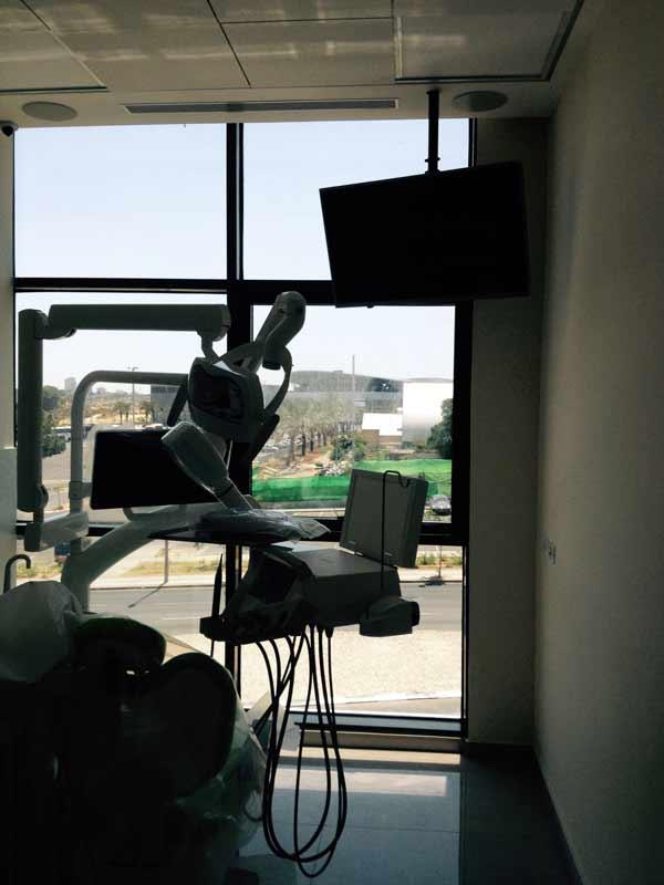 מרפאת שיניים בחולון. תקשורת מחשבים, הפצת אודיו-וידאו בחדרי טיפולים וחדר המתנה