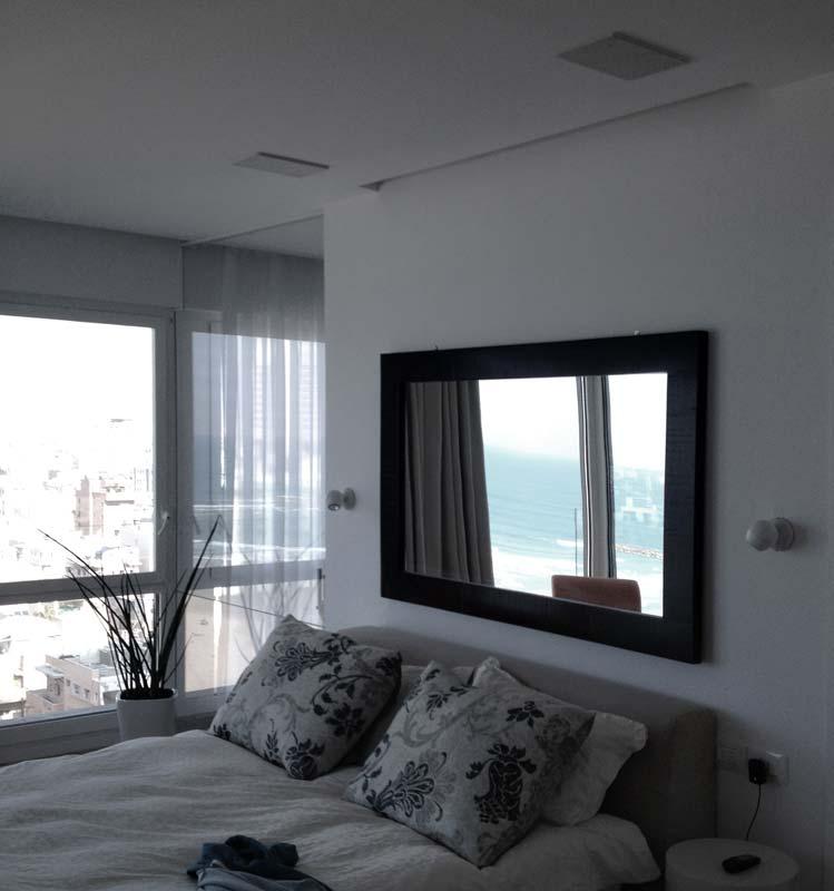 פנטהאוז מפואר בתל אביב. רמקולים שקועים בתקרה בחדר שינה