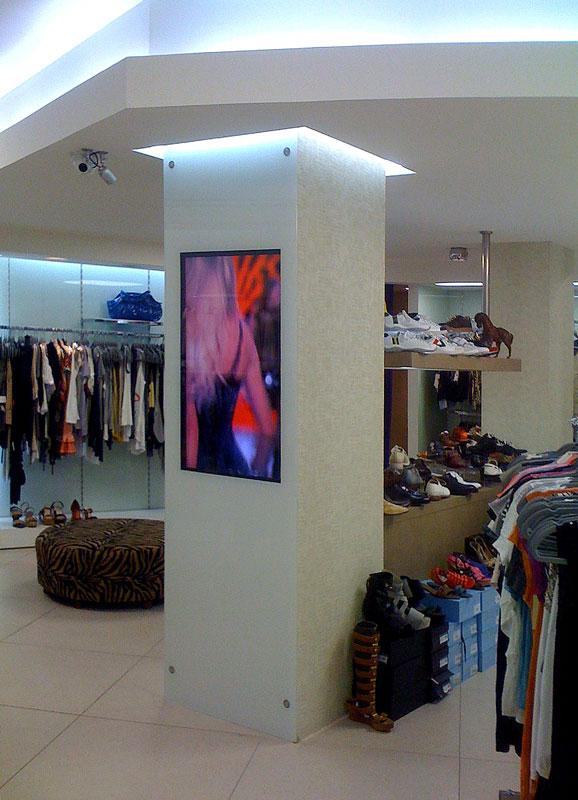 מערכת בחנות בגדים בתל אביב DIGITAL SIGNAGE