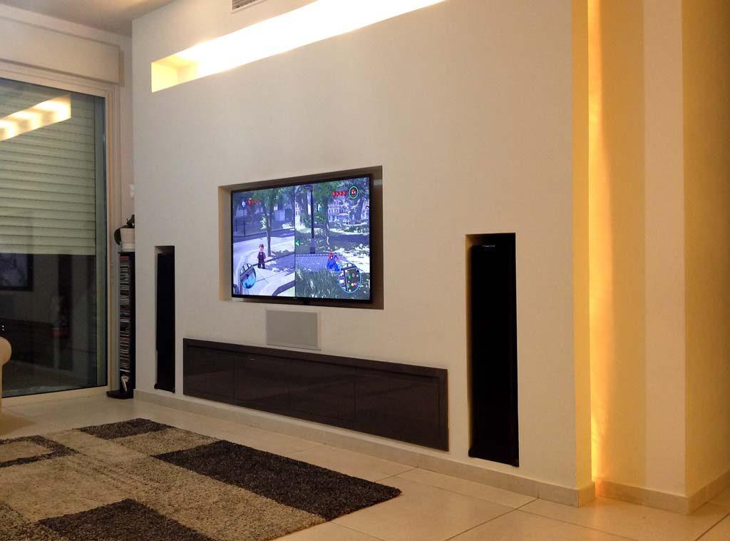 עיצוב סלון עם מערכת קולנוע ביתי עם רמקולים רצפתיים