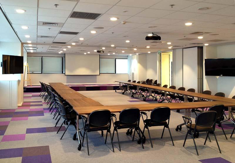 אולם הרצאות. מערכת הפצת תמונה וסאונד ל-4 מסכים ול-8 רמקולים מ-2 עמדות מרצה