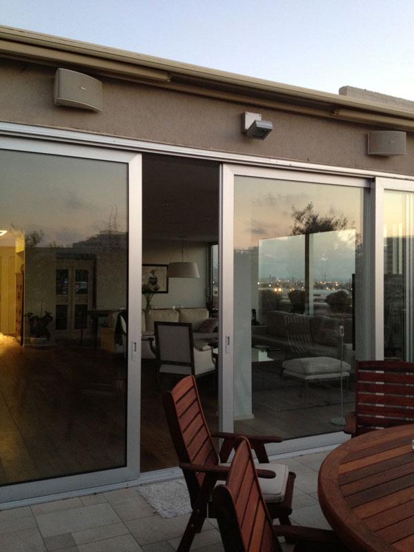 דירת גג בתל אביב. רמקולים חיצוניים מוגני מים במרפסת