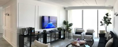חדר המתנה עם מערכת שמע וטלוויזיה
