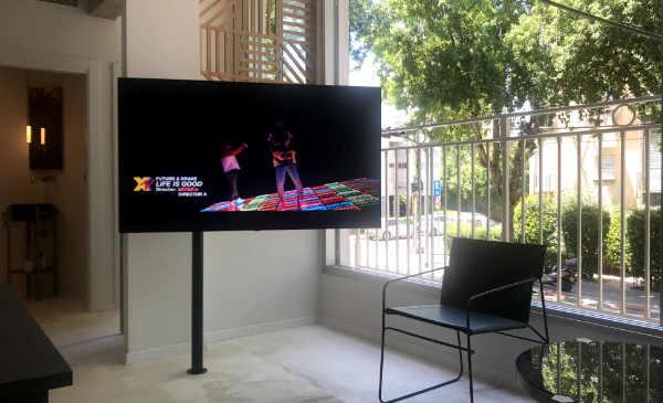 טלוויזיה על עמוד שחור בסלון