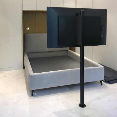עמוד נירוסטה לטלוויזיה בחדר שינה